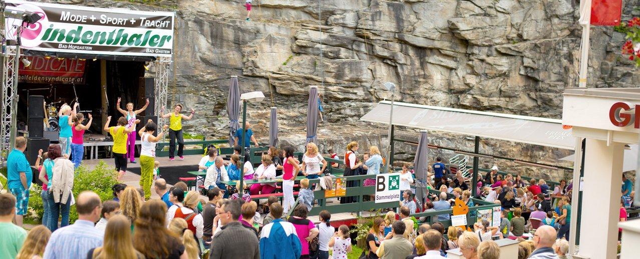 Musikgruppe und Gäste beim Gasslfest in Bad Gastein