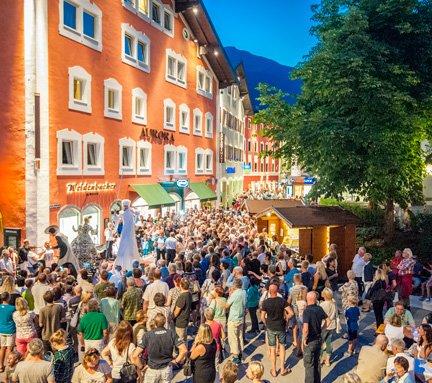 Besucher des Sternshoppen Events im Ortskern von Bad Hofgastein