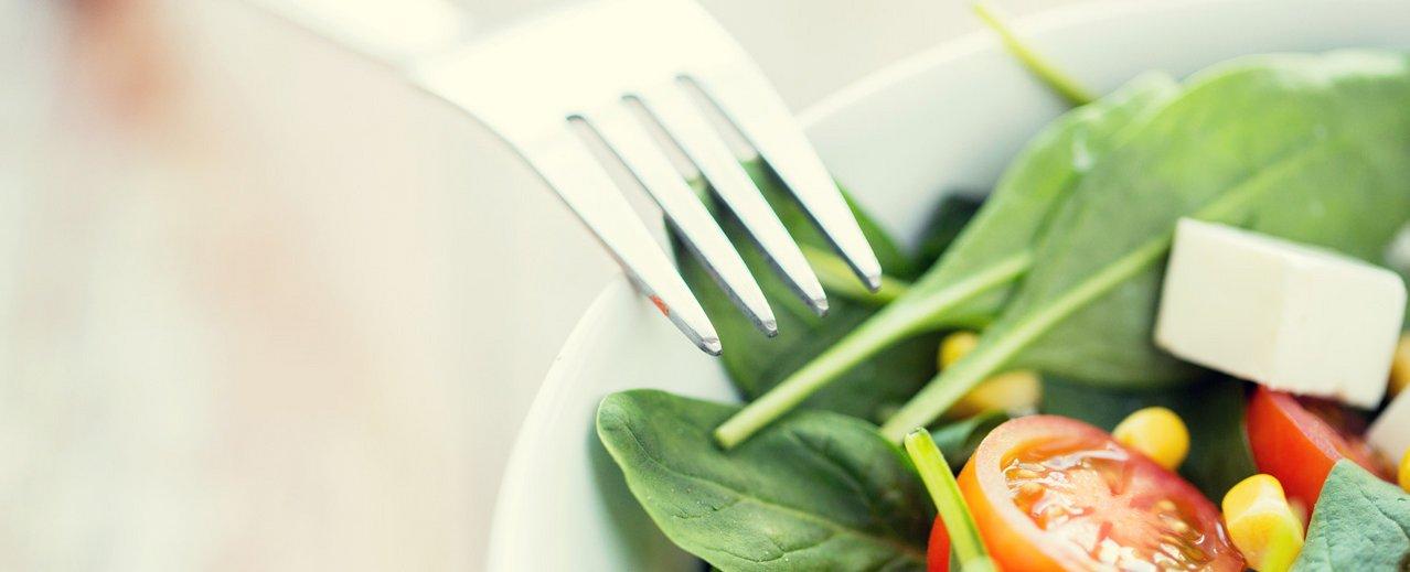 Teller mit Obst und Gemüse + einer Gabel