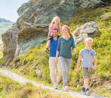 Familie beim Wandern in den Gasteiner Bergen