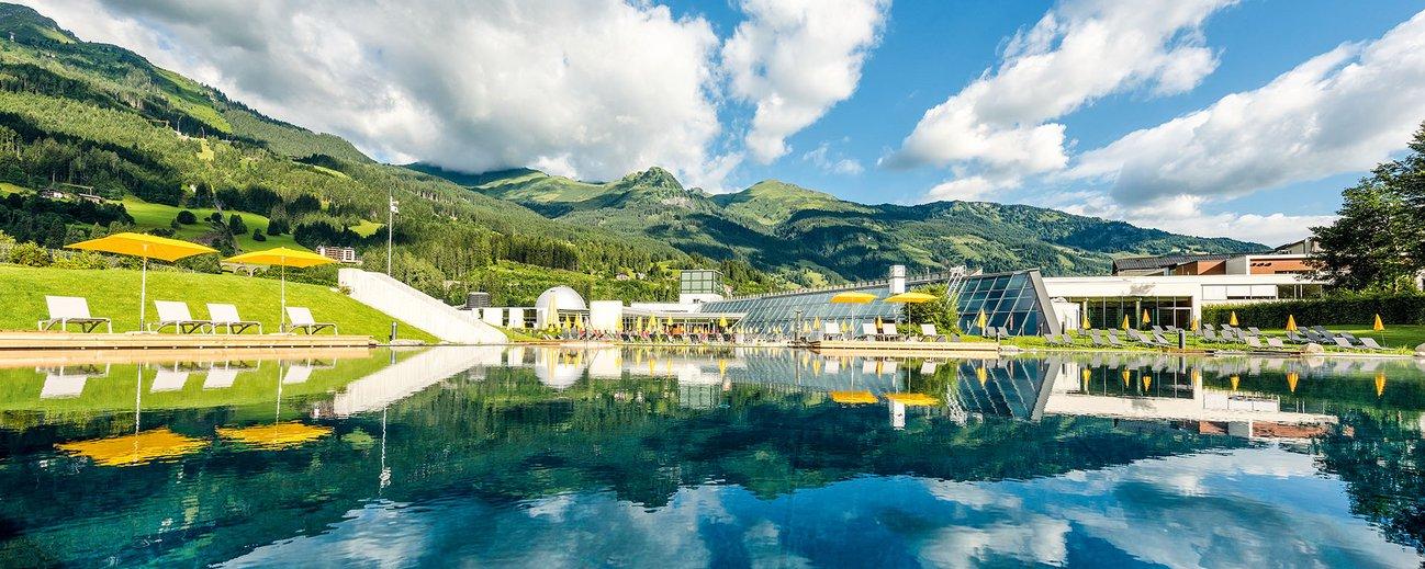 Außenbereich der Alpentherme Gastein mit Thermalwassersee