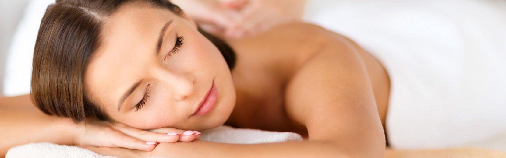 Dame entspannt bei einer Massage Anwendung