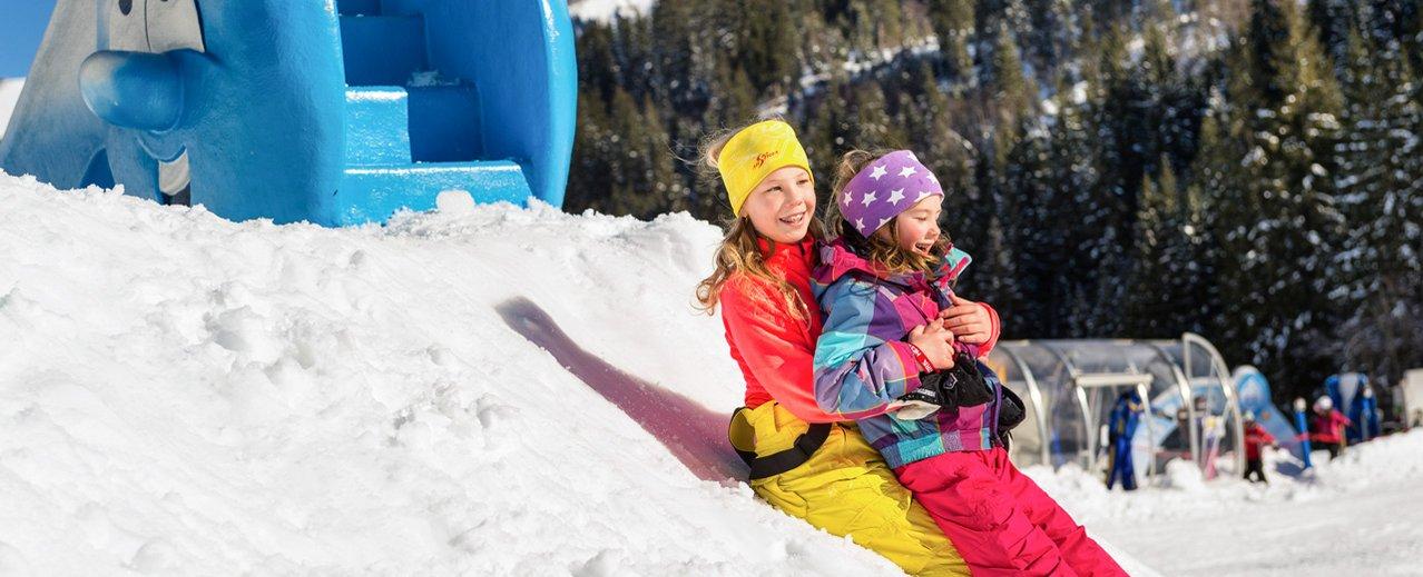 Kinder beim Spielen im Schneepark Gastein