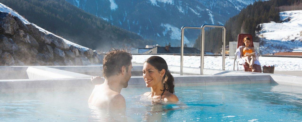 Pärchen beim Schwimmen im Thermalwasserbecken
