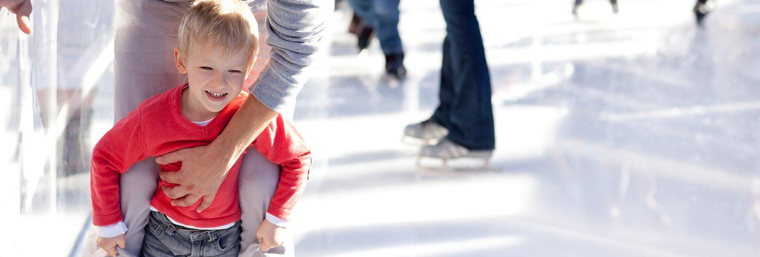 Familien beim Eislaufen in Gastein
