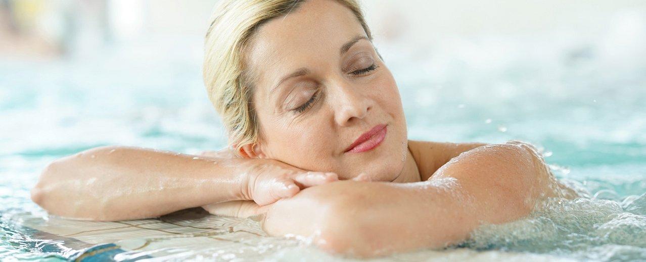 Dame beim Entspannen im Thermalwasserbecken in der Alpentherme Gastein
