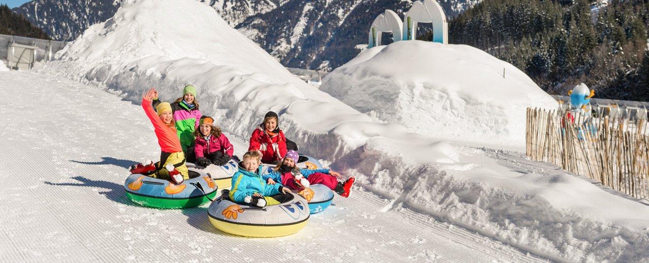 Kinder beim Rodeln im Schneepark Gastein