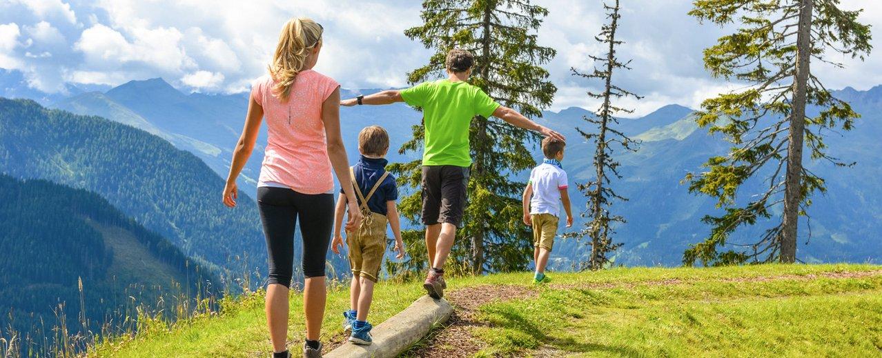 Familie beim Wandern auf dem Fulseck in Dorfgastein