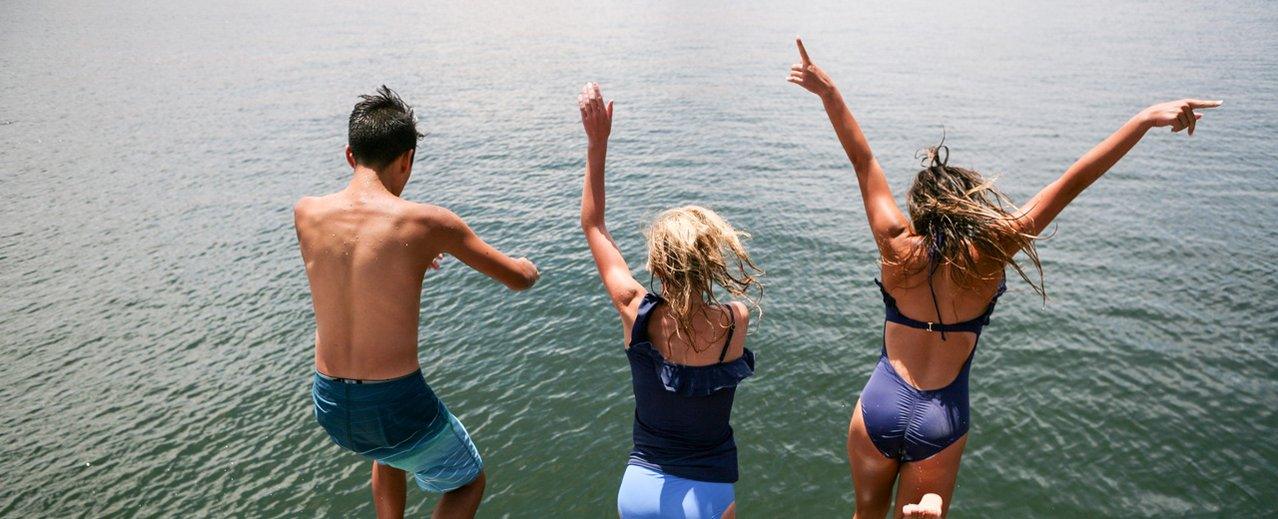 Gäste beim Springen in den Thermalwasser Badesee