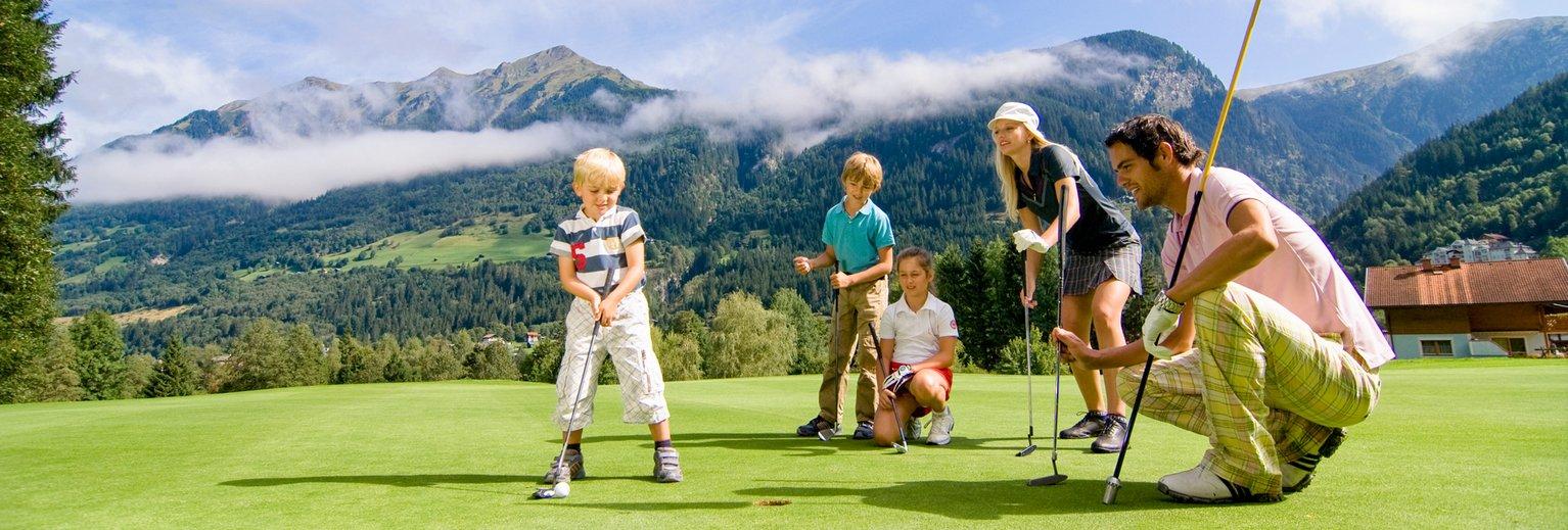 Familie beim Golfen im Gasteinertal