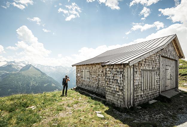 Wanderer vor Hütte am Stubnerkogel Zittrauer Tisch
